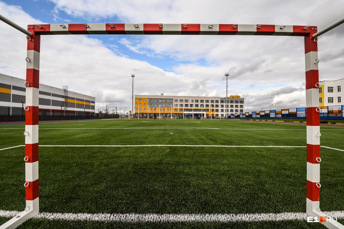 И конечно, футбольное поле
