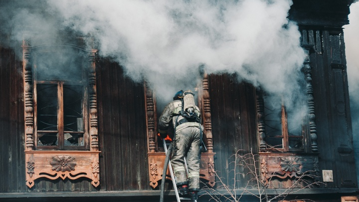 Больно смотреть. 15 кадров с пожара, который уничтожил уникальный дом-памятник и мастерскую Шитовых