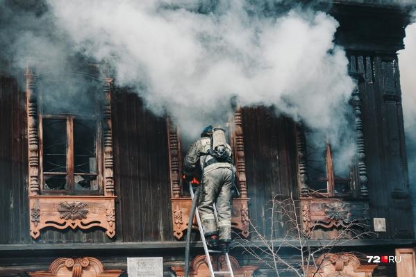 Дом мещанки Рубцовой был построен в 1909 году. Такую мозаику деревянных оконных наличников можно было увидеть на домах ещё дореволюционной Тюмени. Сегодняшний пожар хладнокровно уничтожил часть уникальных наличников&nbsp;<br>