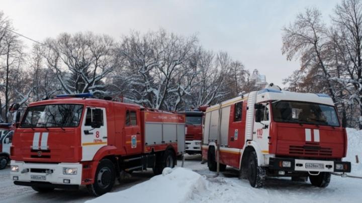 В Перми из горящей квартиры спасли двух взрослых и маленького ребенка