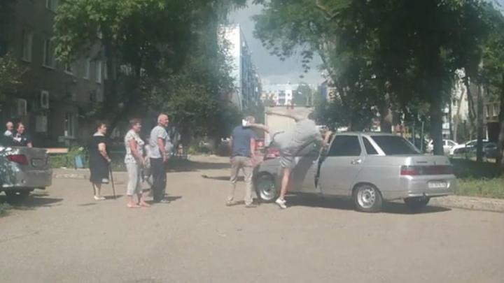 Полицейские разыскивают хулигана, который избил в Стерлитамаке пенсионера