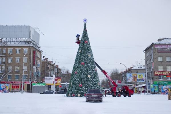 В прошлом году первая новогодняя ёлка появилась как раз на площади Маркса