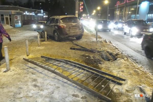 Nissan снес ограждение и сбил пешеходов