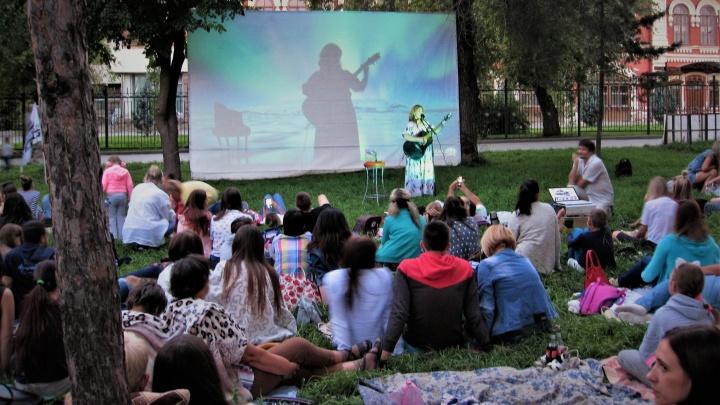 Смех с Траволтой и лёгкий джаз: волгоградцев зовут на последний кинопоказ в Комсомольском саду