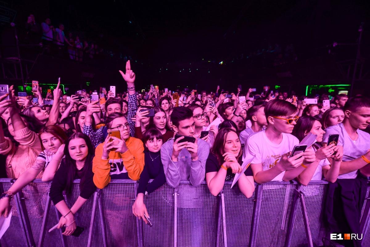 Посмотрите, сколько людей пришло на концерт!