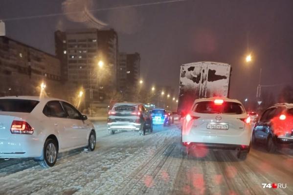 Сегодня Челябинск вновь встал в пробках в час пик, запрет на фуры должен разгрузить дороги