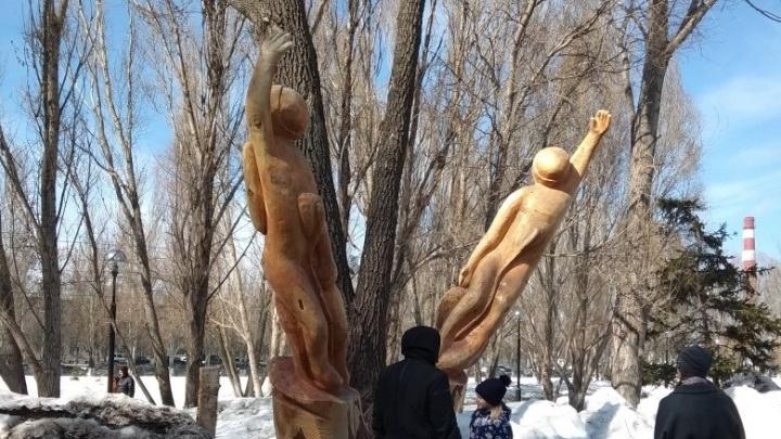 В парке Гагарина появились деревянные скульптуры космонавтов