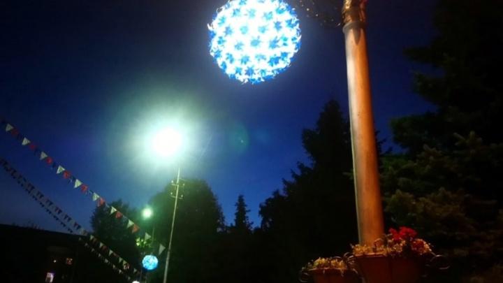 24-летний омич залез на столб и украл светящийся шар для возлюбленной