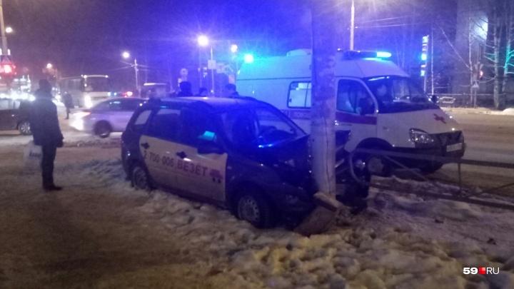 В Перми автомобиль такси врезался в столб: пострадала пассажирка