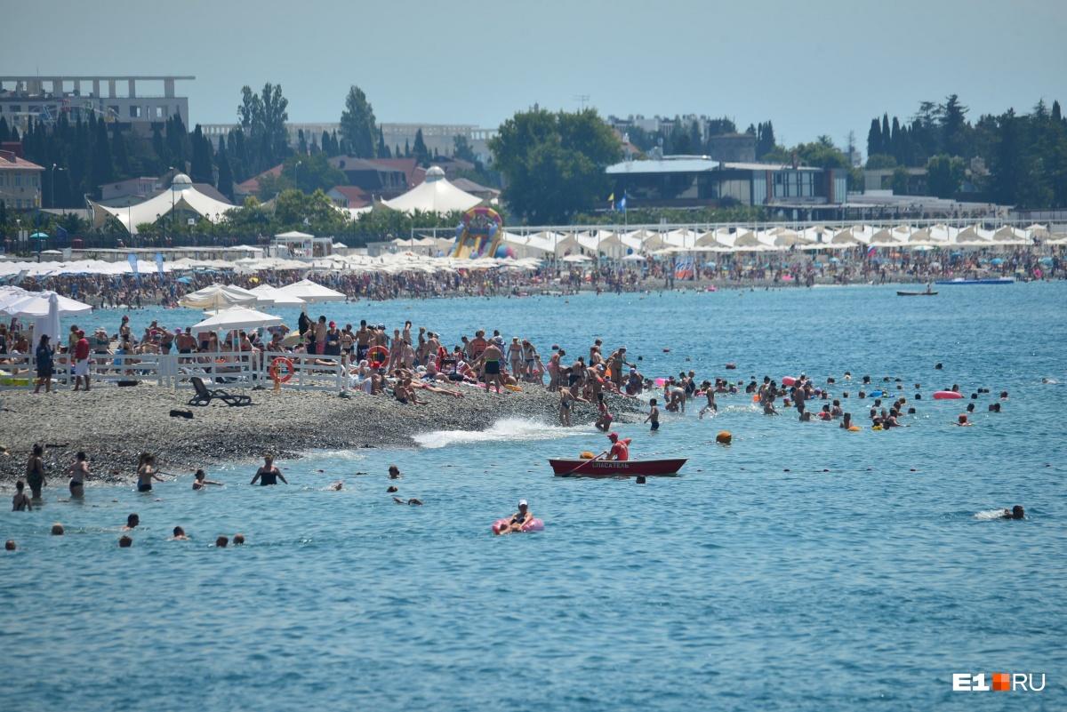 Пока игра не началась, люди отдыхают на пляже