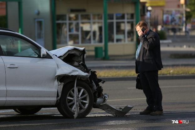 Прибывший на место представитель автомобилистки внимательно осмотрел разбитую машину