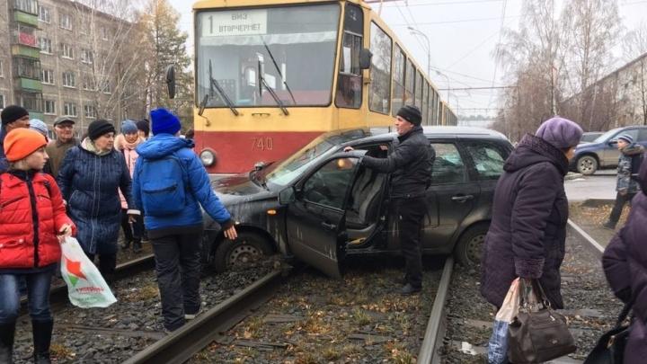 На Белореченской легковушка залетела под трамвай