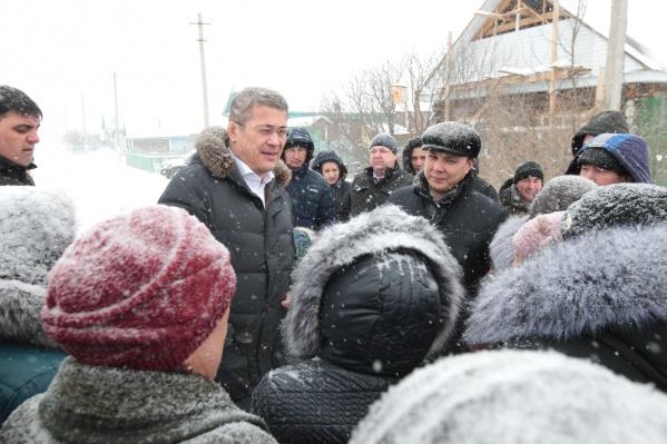 Врио главы Башкирии появляется на улице без шапки в морозы и снегопад