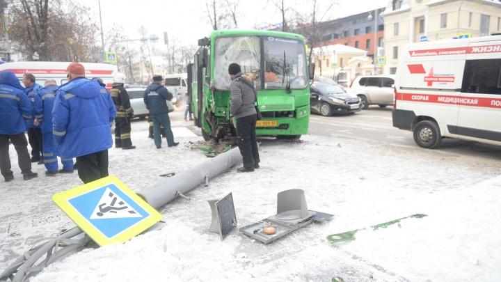 Водитель автобуса, который снёс столб, заявил, что его подрезал внедорожник и скрылся