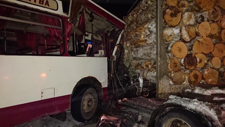В Прикамье столкнулись автобус и лесовоз