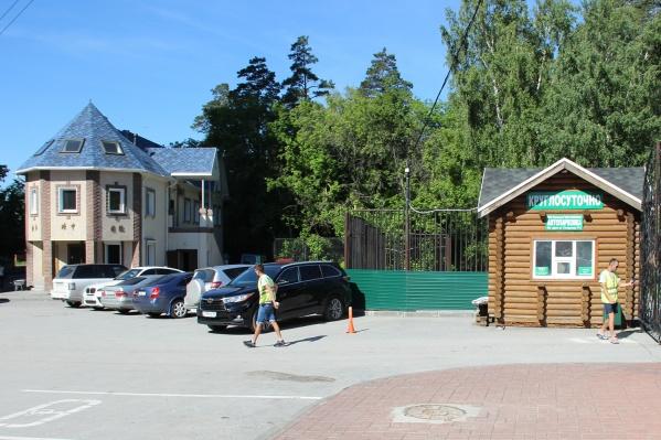 Громкий скандал с платной парковкой возле Новосибирского зоопарка разразился в мае этого года