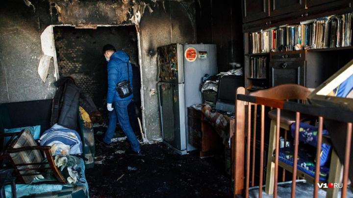 Погибла женщина и пострадал мужчина: в Камышине загорелась квартира в двухэтажке
