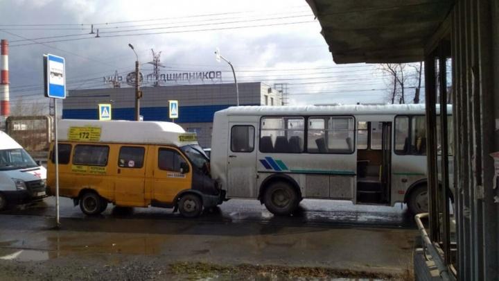 В столкновении ПАЗа и маршрутки в Ленинском районе пострадали четыре человека