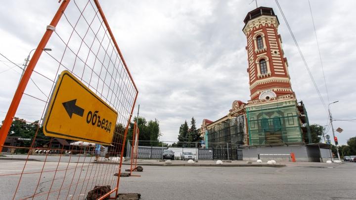 «Откроем в среду»: в центре Волгограда перекрыли дорогу из-за коммунальных раскопок