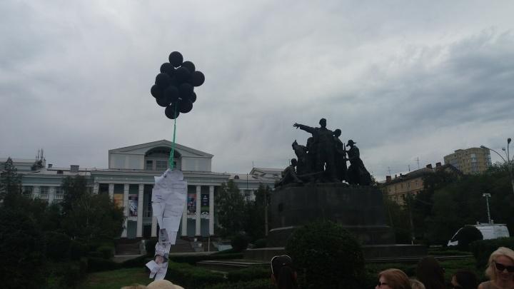 Дольщики ЖК «Династия» отправили «змейку» из фото чиновников на помойку и Путину