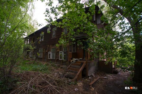 Так дома выглядели прошлой весной
