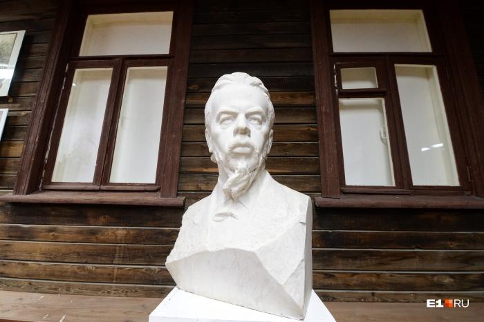 Бюст изобретателя радио в доме, где Александр Попов провел свое детство