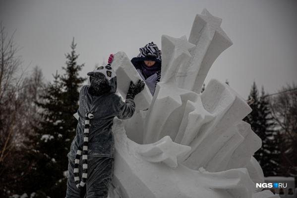 Начавшийся 2020 год объявлен в России Годом памяти и славы в честь 75-летия Победы в Великой Отечественной войне — именно этой тематике и посвящены снежные скульптуры возле Первомайского сквера