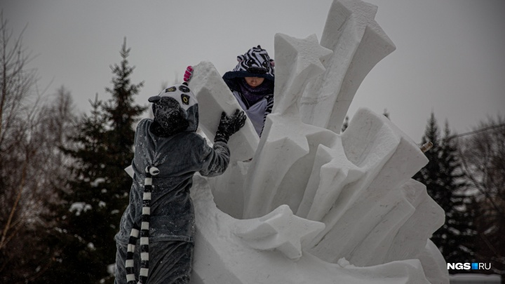 Снежное волшебство: возле Первомайского сквера появились огромные фигуры в память о войне