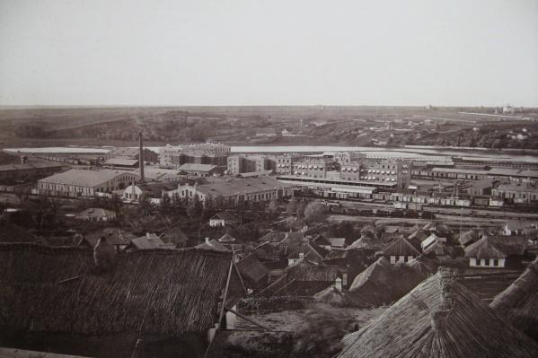 Вид с Затемерницкого поселения на железнодорожный вокзал и Главные мастерские в 1870-х годах<br>