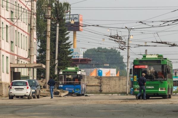 Бетонная плита, которую задел троллейбус, упала на двух работниц «Горэлектротранспорта»— одна из них погибла