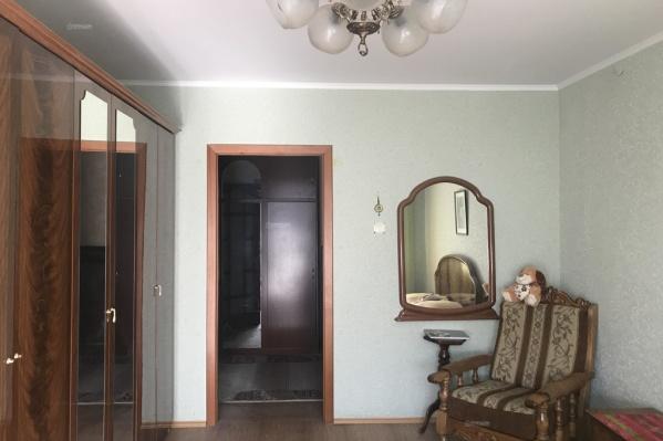 Эта квартира общей площадью 64 квадрата может стать вашей за 1,6 миллиона рублей. Для сравнения: за аналогичные варианты хозяева хотят получить вдвое больше