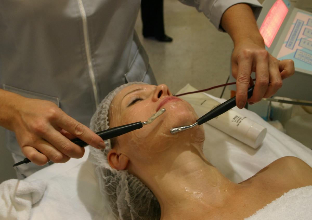Двадцать лет назад на омолаживающие процедуры обращались в основном в возрасте 55–60 лет, сейчас идут в 35