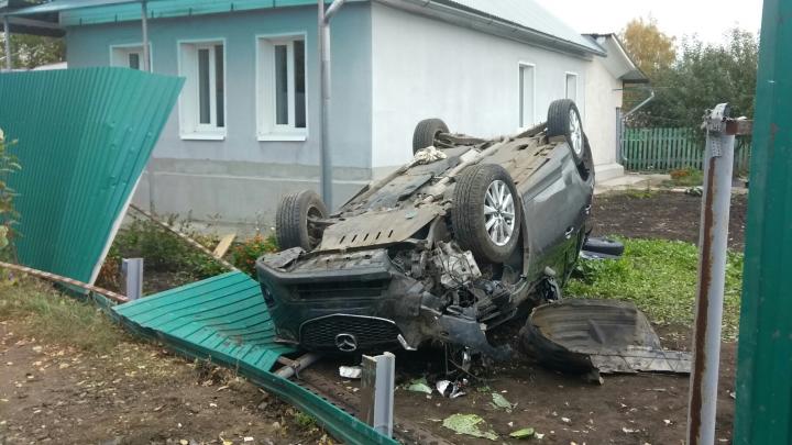 В Зубчаниновке «Мазда» снесла забор и перевернулась в огороде