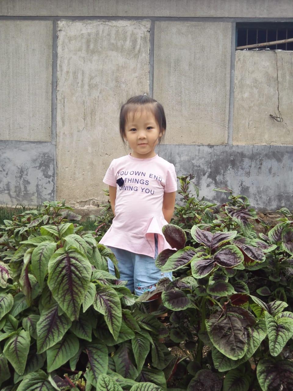 Маленькой дочке нужно будет скоро идти в школу, поэтому Чжоу не перевозит семью в Россию