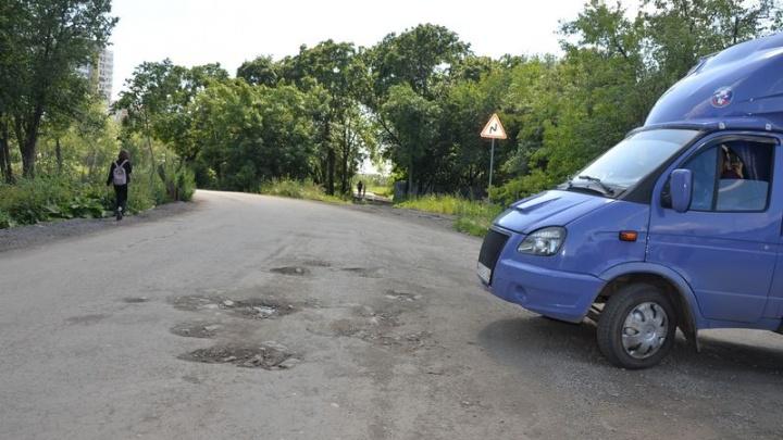 «В более-менее рабочем состоянии»: жителям Ленинского района дали новые обещания по ремонту дороги