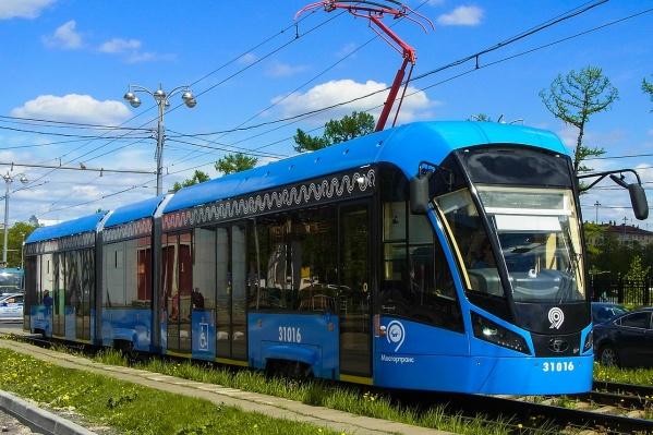 Это трамвай «Витязь». На таких сейчас ездят в Санкт-Петербурге, Краснодаре и Москве