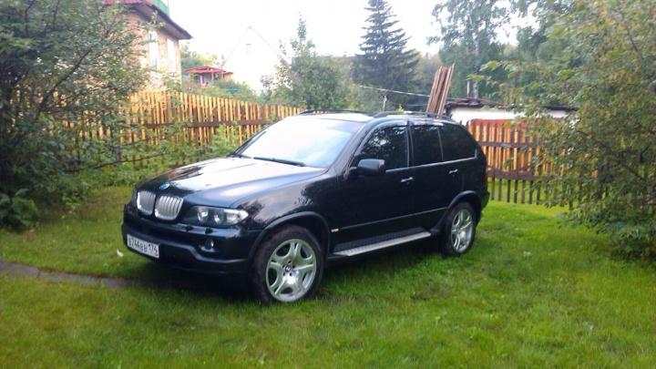 Новосибирец избил тростью соседский BMW в попытках зайти в подъезд