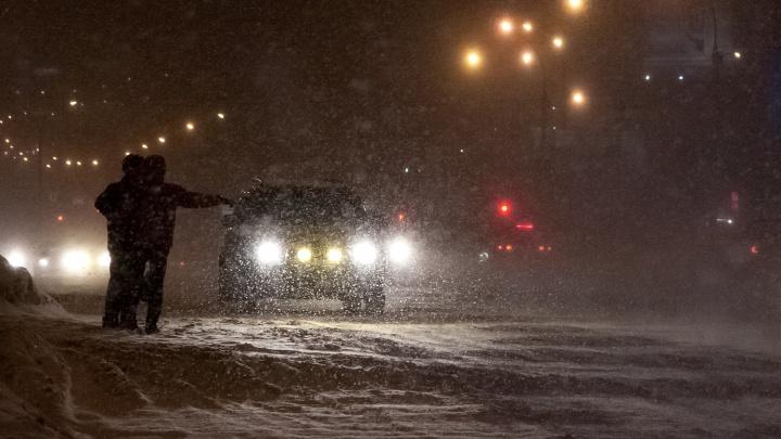 Грузовая «Газель» и легковушка столкнулись лоб в лоб на 1-м Мочищенском шоссе. Пострадавших увезли в больницу