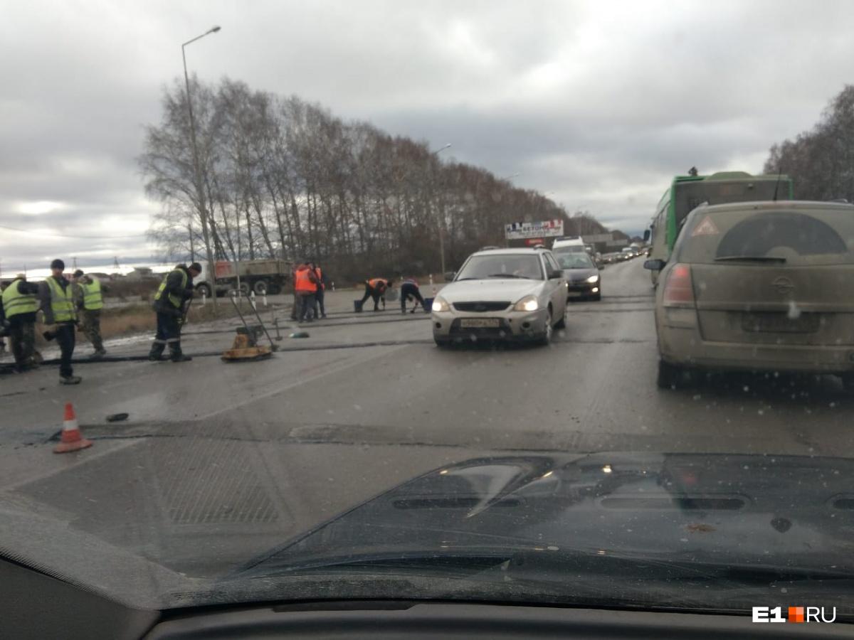 Водители жаловались, что шумовые полосы оказались слишком высокими и больше напоминали лежачие полицейские. В итоге скорость машин на этом участке дороги упала почти до нуля