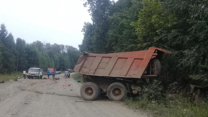 «Опрокинулся на спуске»: в аварии на трассе Башкирии погиб водитель КАМАЗа