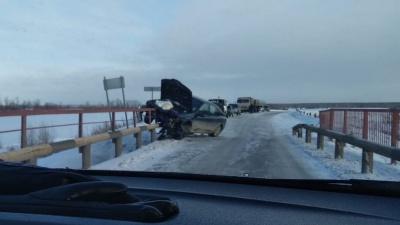 В Заводоуковском районе водитель Renault не рассчитал ширину моста и влетел в металлический отбойник