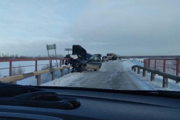 Автомобилист ошибочно решил, что на мосту могут разъехаться две машины
