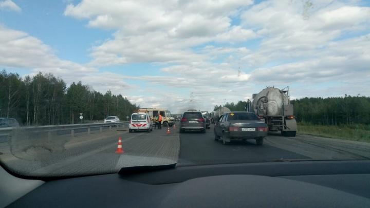 На Пермском тракте микроавтобус отбросило в отбойник после столкновения с цементовозом