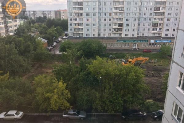 Местные жители заметили на площадке под сквер строительную технику