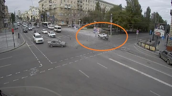 Момент аварии с перевертышем в центре Волгограда попал на видео
