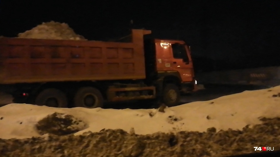 Грузовик со снегом, едущий на свалку, случайно сняли очевидцы