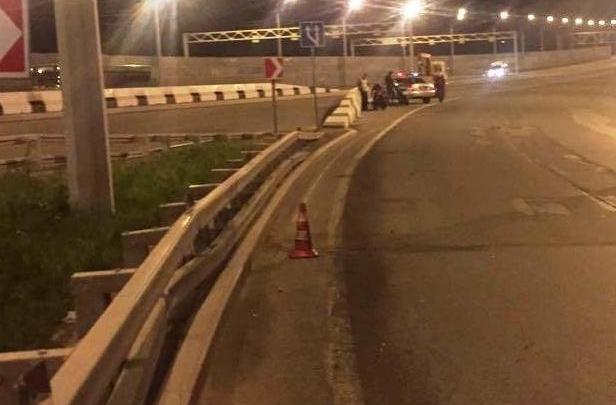 Мотоциклист врезался в отбойник на Бугринском мосту и попал в реанимацию