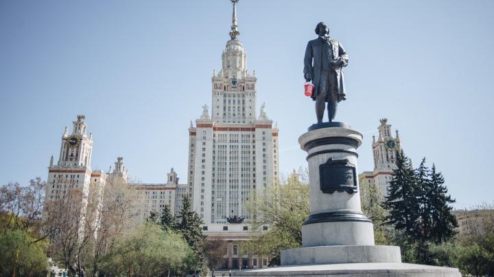 В Москве памятнику Ломоносову вручили ведро: так активисты высказались против полигона в Шиесе