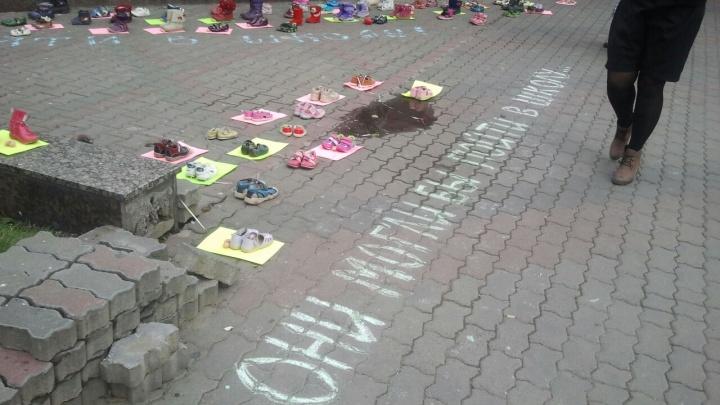 Противники абортов выставили на тротуаре 100 пар обуви нерожденных детей