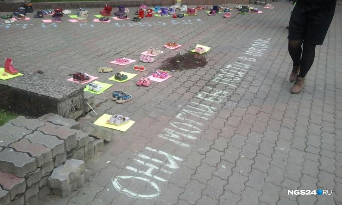 В сквере у памятника Сурикова прошла всероссийская акция«Они могли бы пойти в школу»